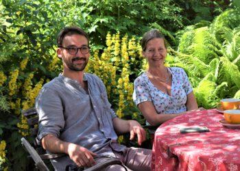 Benedikt Raiser und Edda Eichler an einem Tisch